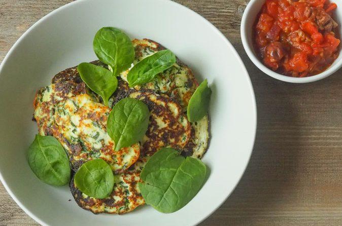 Ricotta-Spinat-Taler mit Tomaten-Salsa