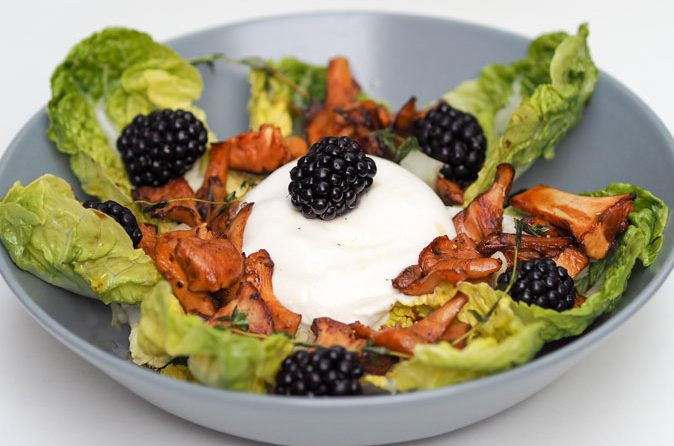 Salat mit Eierschwammerl und Burrata