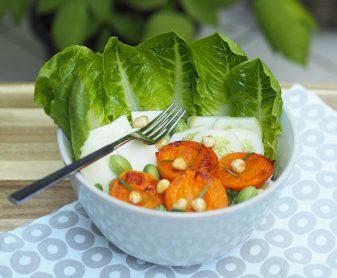 Salat mit gegrillten Marillen und Schafkäse